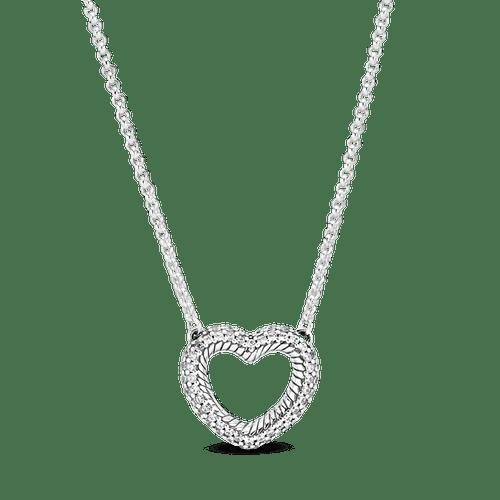 Collar de corazón abierto con diseño de cadena de serpiente en pavé